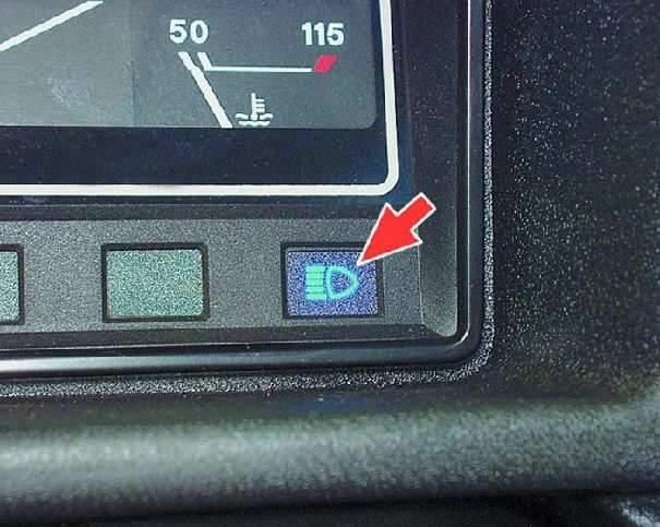 ВАЗ Органы управления Контрольная лампа включения указателей поворота и аварийной сигнализации загорается зеленым мигающим светом при включении этих сигналов